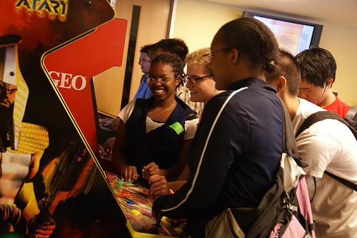 Ados sur des jeux d'arcade